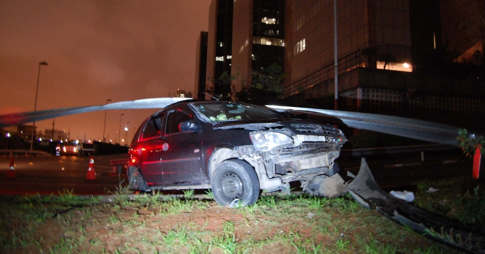 8.jun.2012 - Carro dirigido por adolescentes bate contra guard-rail em avenida da Barra Funda, zona oeste de SP