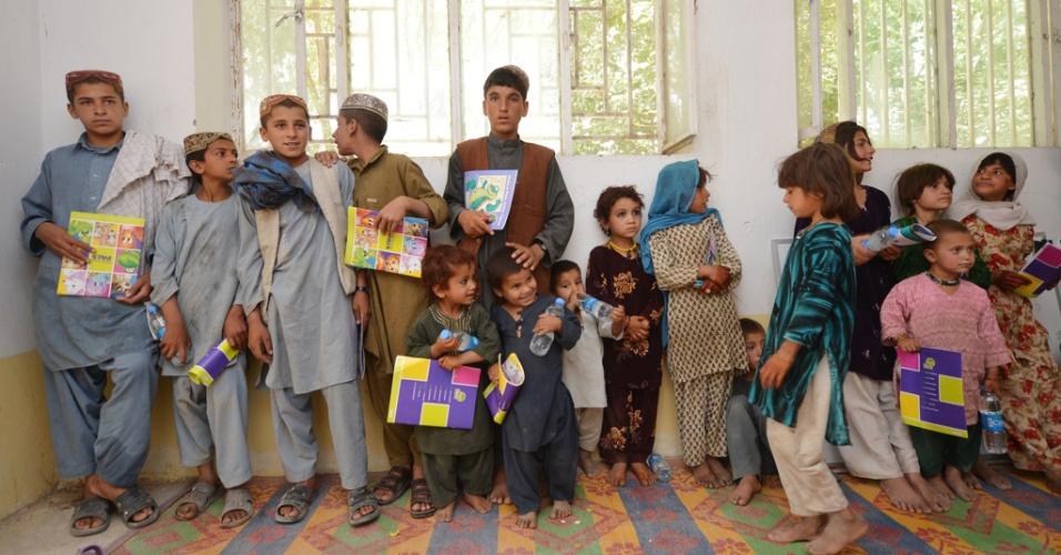 8.jun.2012 - Crianças afegãs esperam em sala por aula ministrada por Membros da Marinha norte-americana em Sangin, no Afeganistão