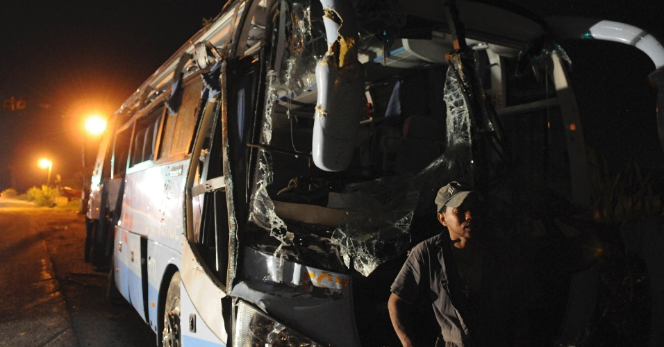 8.jun.2012 - Destro&#231;os de &#244;nibus s&#227;o retirados ap&#243;s batida contra trem no munic&#237;pio de Hig&#252;ey, capital da prov&#237;ncia dominicana de La Altagracia