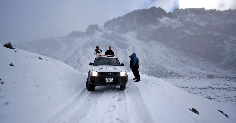 8.jun.2012 - Fotografia divulgada pela agência de notícias Andina mostra equipe de resgate da Polícia Nacional do Peru em acampamento instalado nas encostas do monte Q?igo, nos andes de Cuzco, durante buscas por helicóptero desaparecido