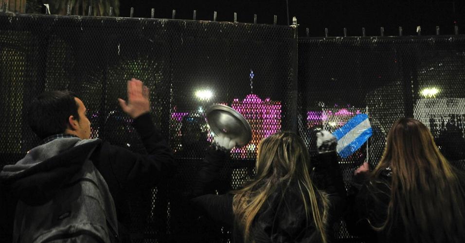 """8.jun.2012 - Manifestantes fazem """"panelaço"""" em frente à Casa Rosada, onde vive a presidente argentina, Cristina Kirchner, em Buenos Aires"""