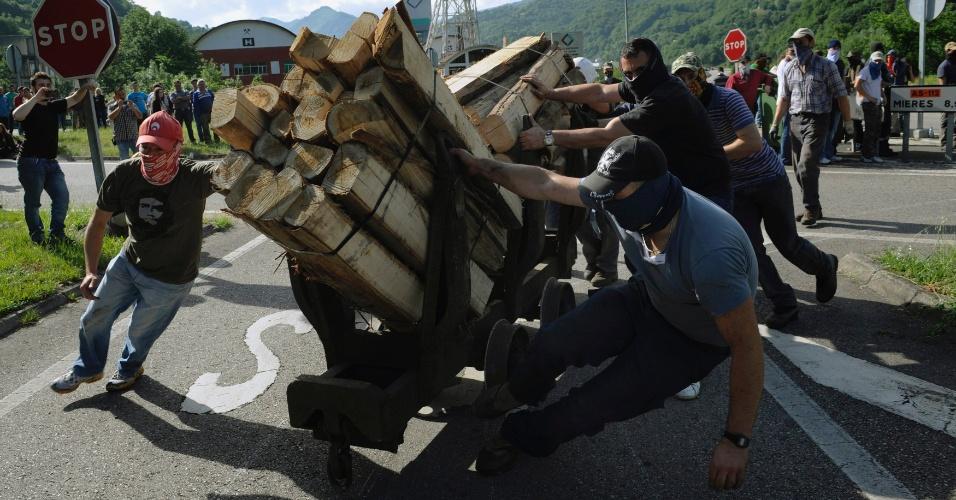 8.jun.2012 - Mineiros fazem uma barricada durante protesto contra medidas do governo na Espanha