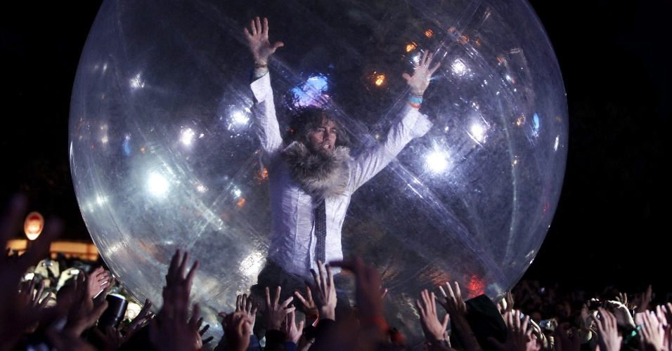 8.jun.2012 - O vocalista do Flaming Lips Wayne Coyne se apresenta durante o festival Primavera Sound em Porto, em Portugal