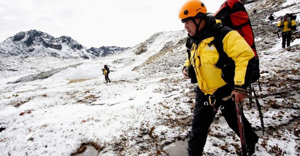 8.jun.2012 - Oficiais de resgate procuram helicóptero que desapareceu com 14 pessoas a bordo no Peru