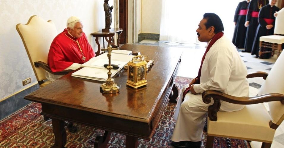 8.jun.2012 - Papa Bento 16 recebe presidente do Sri Lanka, Mahinda Rajapaksa, no Vaticano