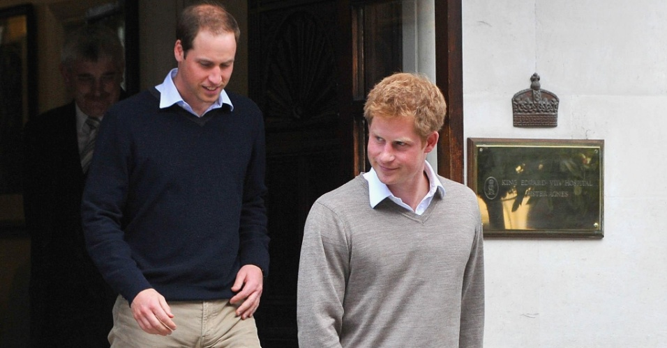 8.jun.2012 - Pr&#237;ncipes William e Harry deixam hospital ap&#243;s visitarem o av&#244; em Londres, no Reino Unido