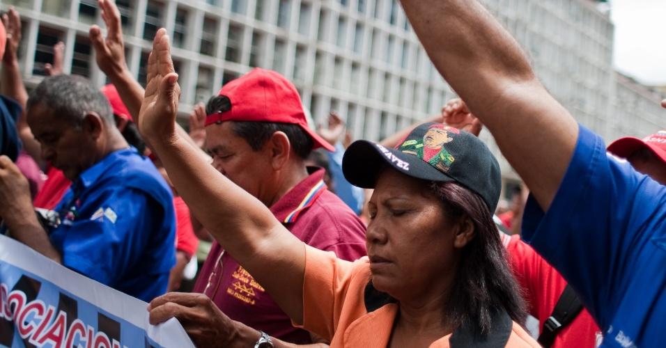 8.jun.2012 - Venezuelanos rezam pela saúde do presidente Hugo Chávez