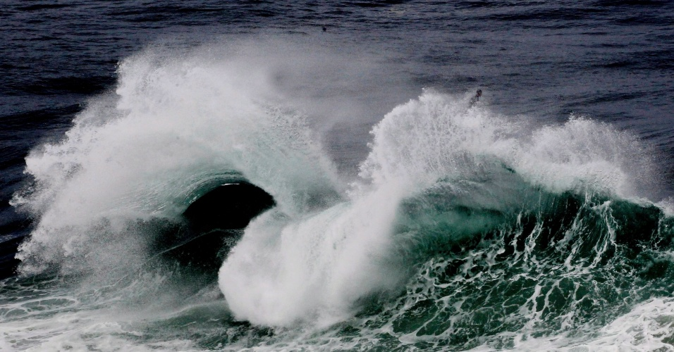 8.jun.2012- Ressaca é observada em praia no Leblon, Rio de Janeiro