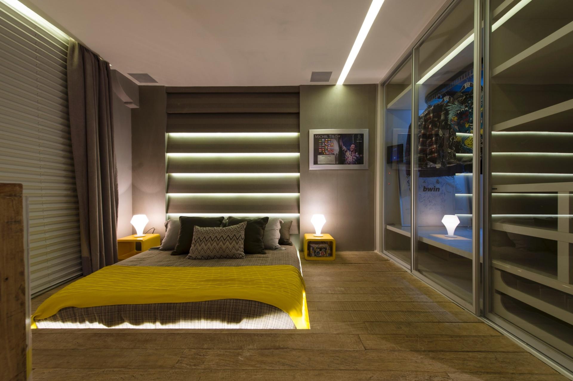 A arquiteta Simone Goltcher assina a suíte em homenagem ao sertanejo Michel Teló. Em 100 m², o ambiente conta com objetos do cantor, fotos e monogramas baseados em uma paleta de cores neutra, quebrada pelo amarelo intenso. Destaque para a estruturação da cama, em um nicho iluminado no chão