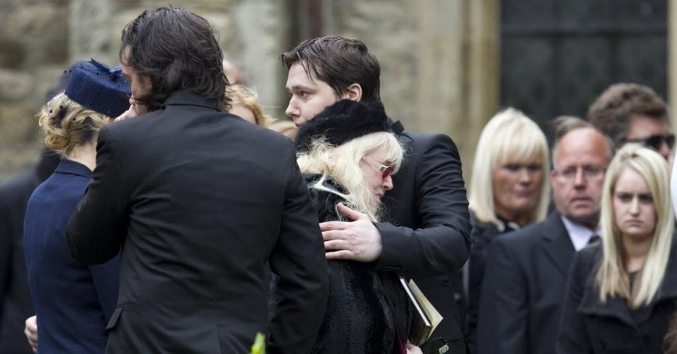 A viúva, Dwina Gibbs (centro), e o filho de Robin Gibb, Robin-John, se despedem do membro do Bee Gees (8/6/12)