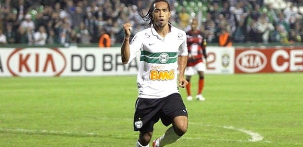 Atacante Everton Costa comemora gol do Coritiba contra o Vitória
