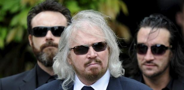 Barry Gibb (centro),  irmão de Robin Gibb, do grupo Bee Gees, acompanha o enterro do irmão (8/6/12)