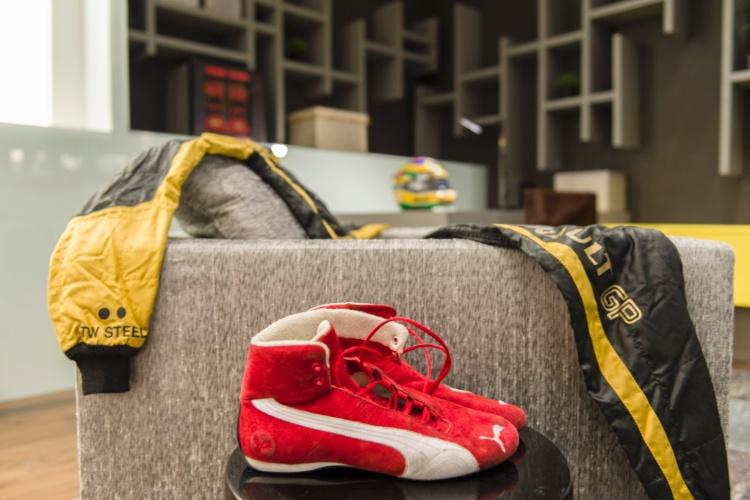 Com estilo de butique hotel, a suíte que homenageia Bruno Senna foi criada por Allan Malouf. Voltado para o público jovem, o ambiente contemporâneo traz cores neutras e diversos recursos tecnológicos. Destaque para a pedra cinza matrix aplicada no piso do banheiro e para os objetos pessoais do piloto