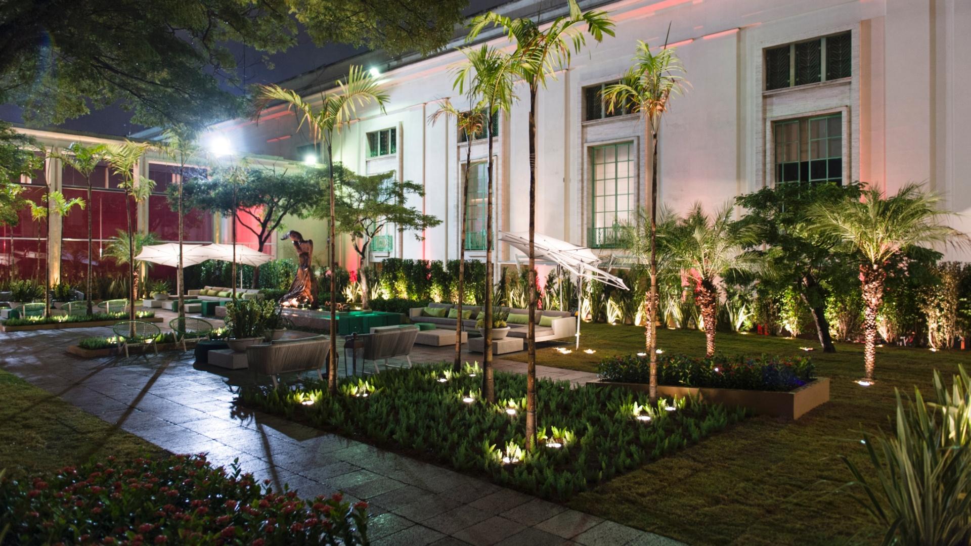 Criada pelos arquitetos e paisagistas Beatriz e Eduardo Fernandes Mera, a Praça Casa Cor homenageia a übermodel Gisele Bündchen. A iluminação cênica e a escultura criada por Bia Doria são os pontos altos do projeto