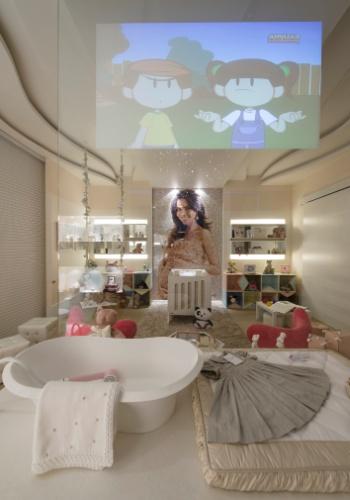 Criado pela arquiteta Mayra Lopes, o quarto do bebê homenageia a apresentadora Daniela Albuquerque e sua filha. No ambiente, mobiliário com cantos arredondados, monitoração via iPad e iPhone e câmeras com  infravermelho que captam imagens noturnas. Destaque para a estante colorida inspirada nas bandeirinhas de Alfredo Volpi, desenhada pelo artista plástico Rúdi Sgarbi