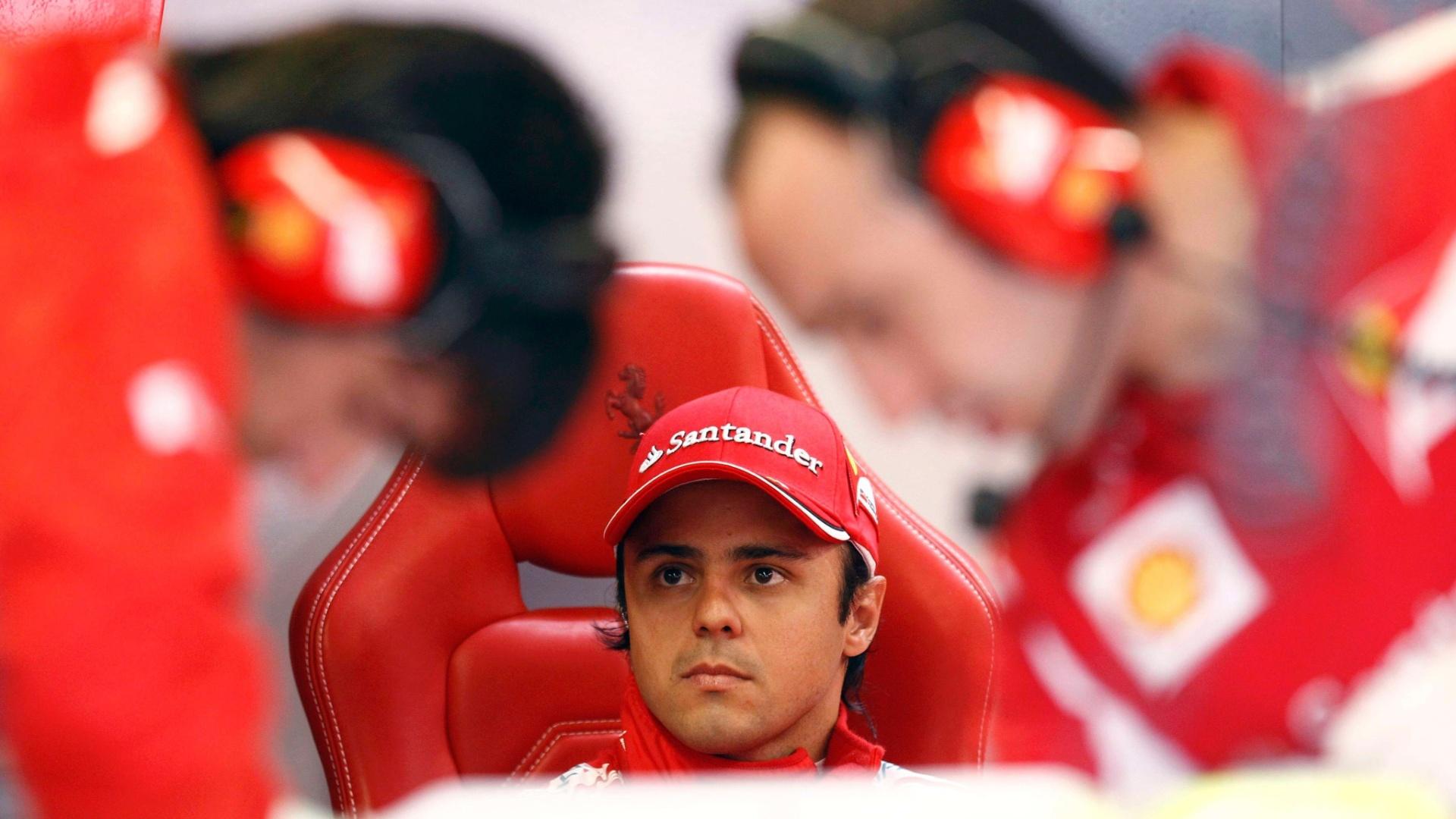 Felipe Massa aguarda enquanto os mecânicos fazem ajustes na sua Ferrari (08/06/2012)