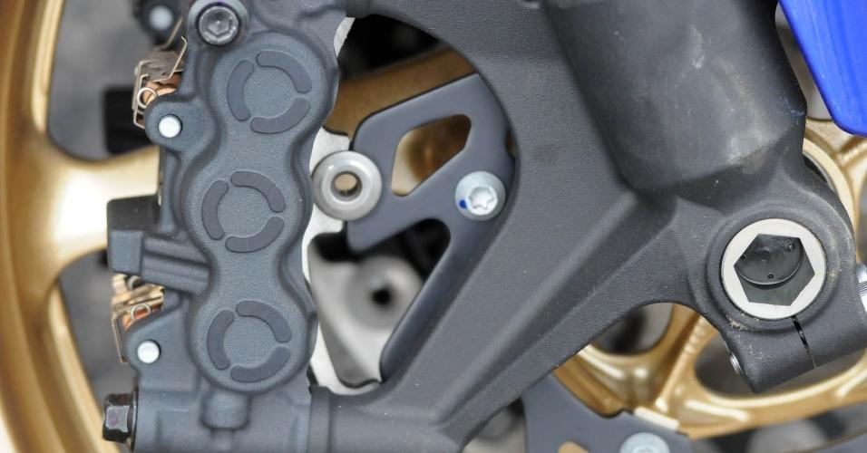 Freios são os mesmos da versão anterior: disco duplo com pinça radial na frente, mas sem ABS