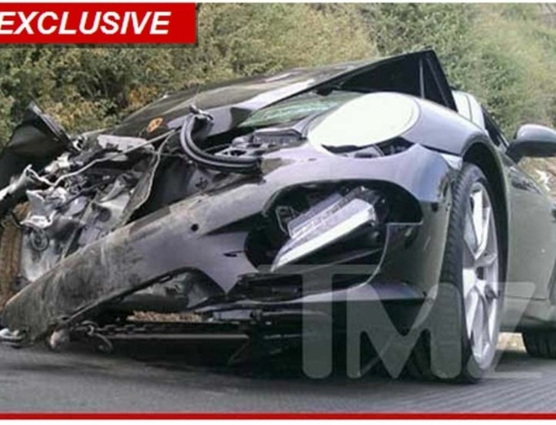 Imagem do site TMZ mostra frente do Porsche de Lindsay Lohan ap&#243;s batida em Los Angeles &#40;8/6/12&#41;