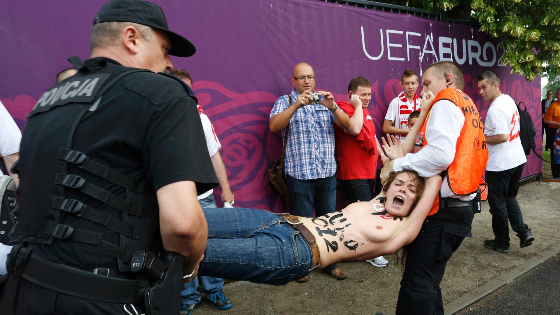 Ativista do grupo feminino Femen  presa aps realizar protesto em frente ao estdio da abertura da Euro-2012, em Varsvia, na Polnia