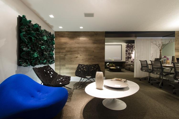 João Doria Jr. é homenageado pela arquiteta Moema Wertheimer com o Live and Work Studio. O ambiente possibilita o trabalho ao mesmo tempo, contempla conforto, lazer e necessidades de uma casa. Destaque para o papel de parede especial que exibe reportagens sobre o empresário e jornalista
