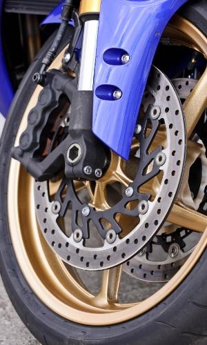 Na dianteira, nova R1 tem potentes freios a disco -- mas sem ABS (sistema antitravamento)