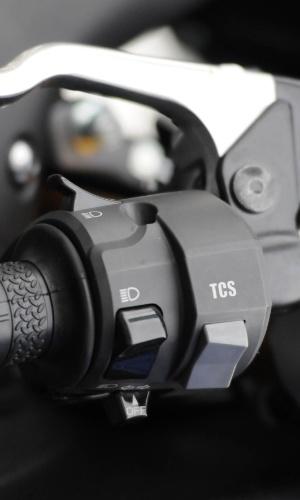 Novo controle de tração (TCS) tem seis níveis e pode ser ajustado por um botão no punho esquerdo