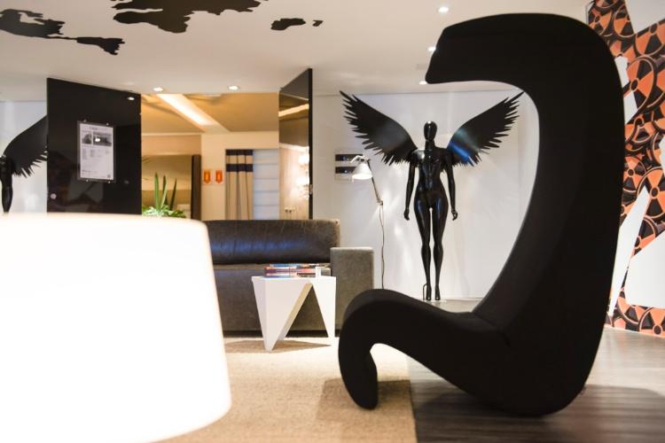 O arquiteto Francisco Cálio criou um loft para o apresentador Márcio Moraes. No espaço, um mapa mundi no teto reflete a personalidade viajante do homenageado. Destaque para os anjos negros em tamanho natural e para o mobiliário moderno que conta com peças como a poltrona Amoeb Highback, de Verner Panton