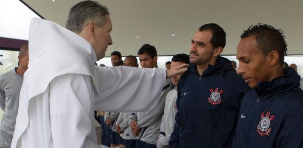 Padre Marcelo Rossi abençoa Danilo e Liedson em capela do CT Joaquim Grava