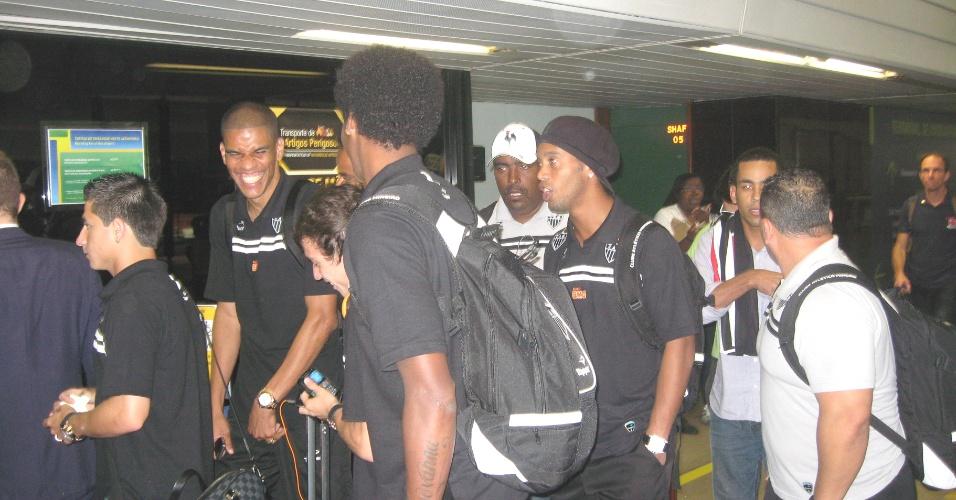Ronaldinho com a deleção do Atlético-MG no Aeroporto de Confins (8/6/2012)