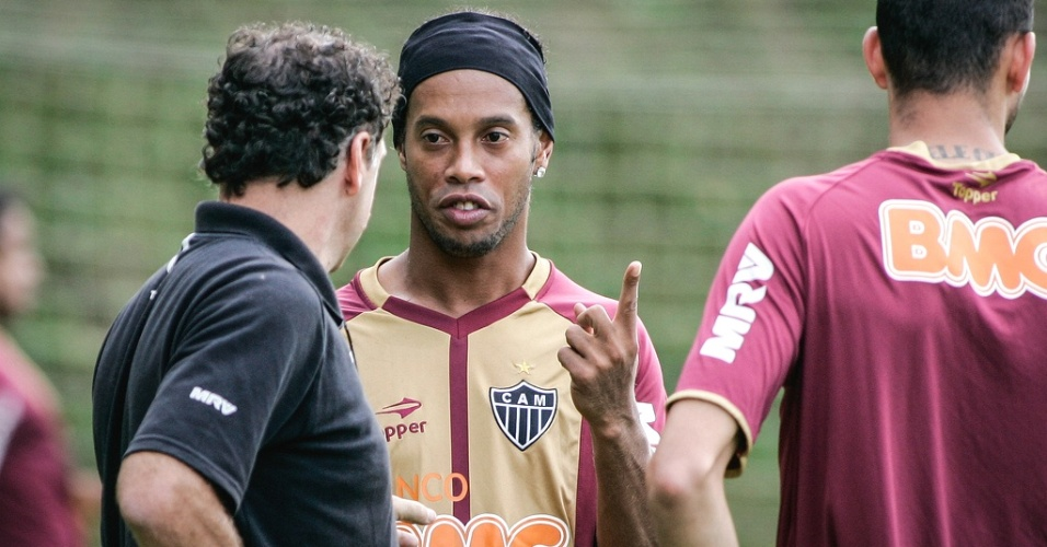 Ronaldinho Gacho conversa com o tcnico Cuca durante treino do Atltico-MG (8/6/2012)