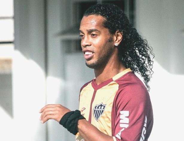 Ronaldinho Gaúcho participa de treino do Atlético-MG na Cidade do Galo (8/6/2012)