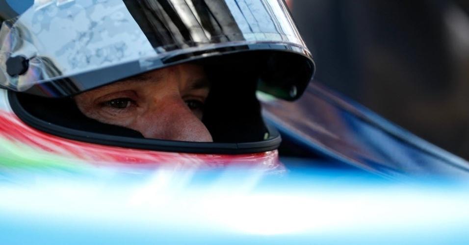 Rubens Barrichello mostra concentração dentro de seu carro durante o treino para o GP do Texas da Fórmula Indy