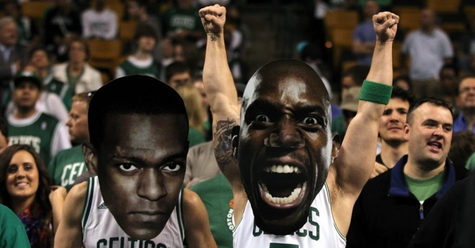 Torcedores vestem mscaras de Rajon Rondo e Kevin Garnett durante derrota do time contra o Miami Heat