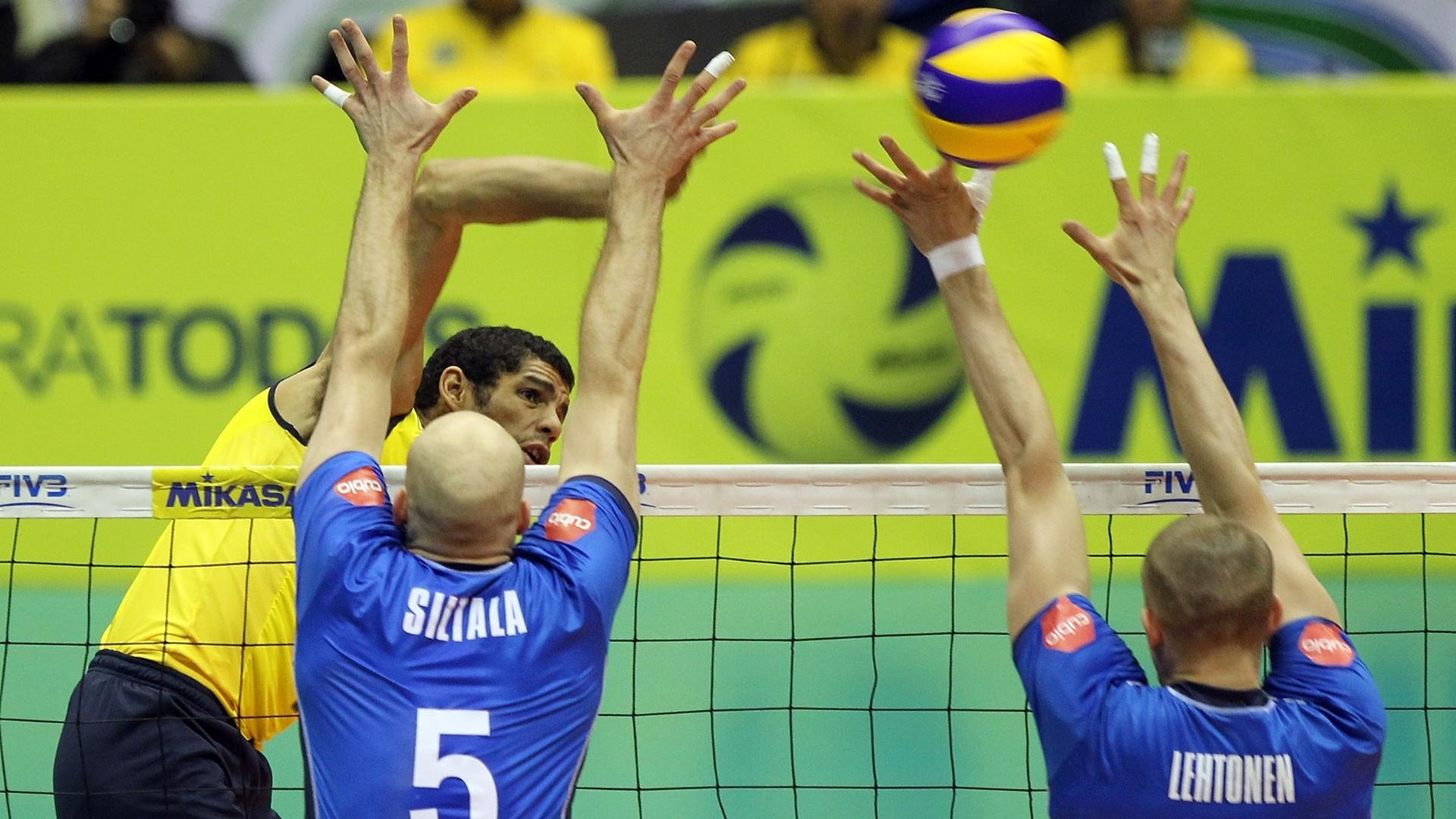 Wallace tenta superar o bloqueio finlandês na partida do Brasil contra a Finlândia válida pela Liga Mundial