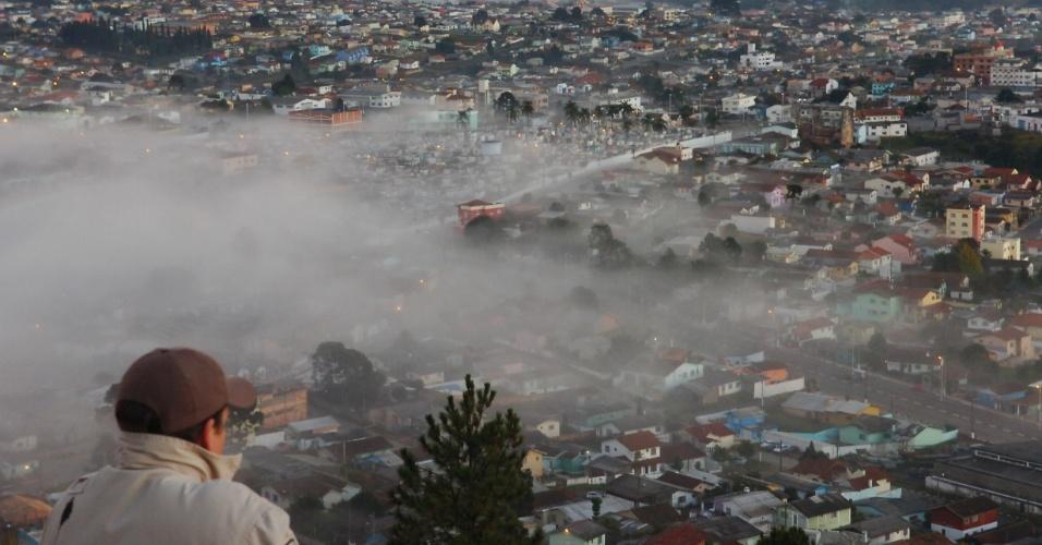 9.jun.2012 - Amanhecer gelado em Lages (SC)