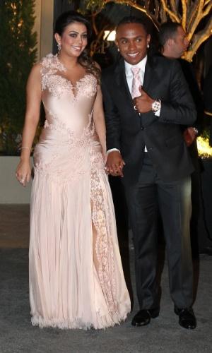 Acompanhado da mulher, o jogador Willian chega ao casamento de Dani Souza e Dentinho na Casa Petra Moema, em São Paulo (9/6/2012)