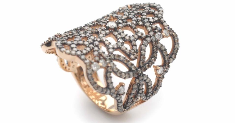 Anel feito em ouro rosé e diamantes brown, de Elisabete Gaspar (www.elisabetegaspar.com.br)