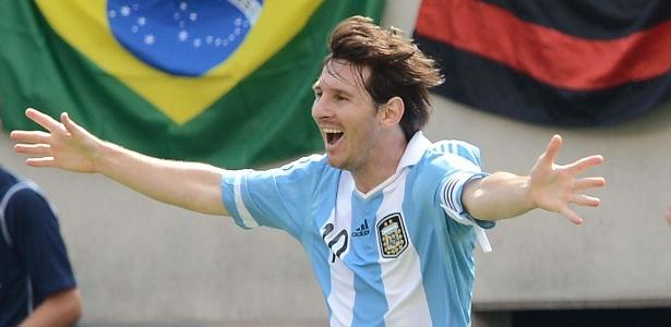 Messi comemora ao marcar um de seus três gols contra o Brasil, neste sábado