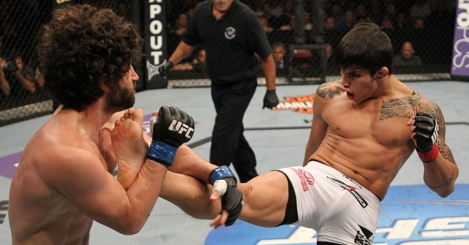 Brasileiro Erick Silva chuta Charlie Brenneman em sua vitria no UFC on FX 3