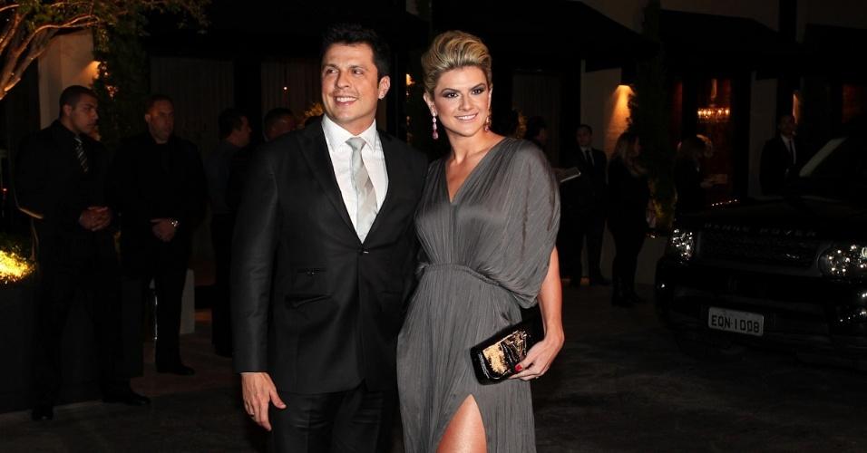 Ceará e Mirella Santos chegam ao casamento de Dani Souza e Dentinho na Casa Petra Moema, em São Paulo (9/6/2012)