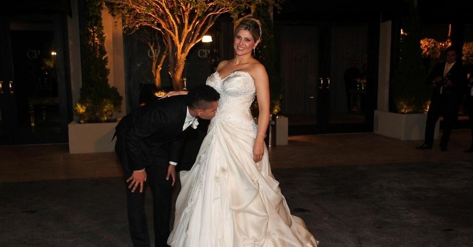 Dentinho beija a barriga de Dani Souza, que está grávida, no dia do seu casamento na Casa Petra Moema, em São Paulo (9/6/2012)