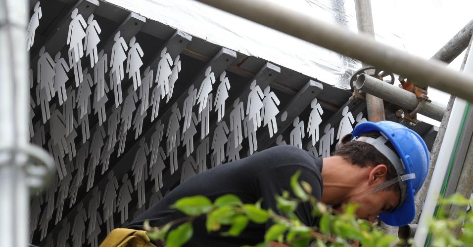 Detalhe de todo o teto da Estrutura da Humanidade 2012, coberto de recortes de papel com a forma de homem e mulher