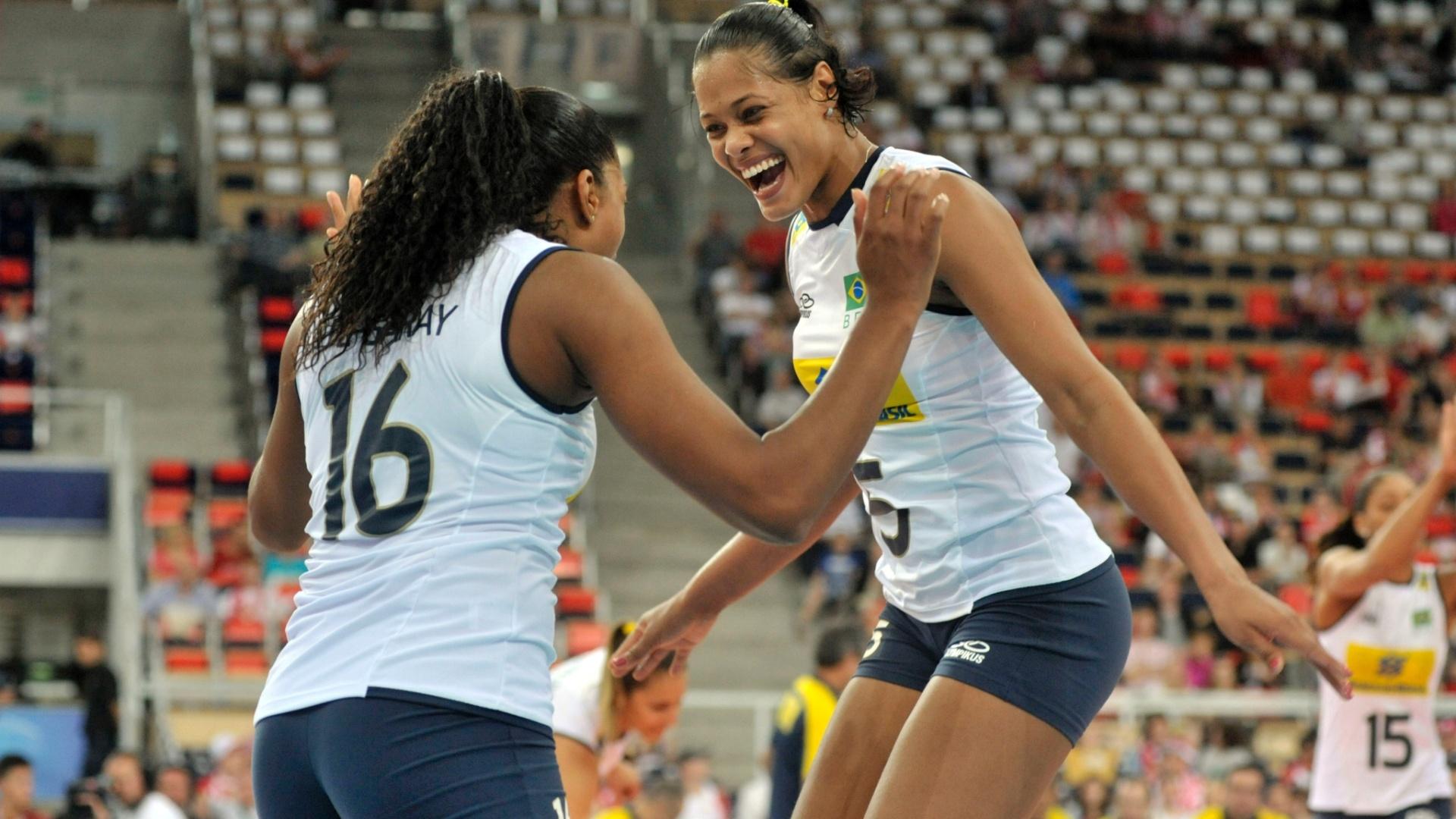 Fernanda Garay (esq.) comemora com Adenízia vitória brasileira sobre a Sérvia por 3 a 2