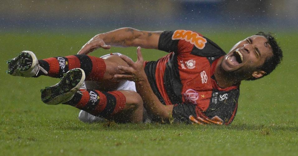 Ibson, meia do Flamengo, sente a perna após sofrer falta durante jogo contra o Coritiba no Engenhão