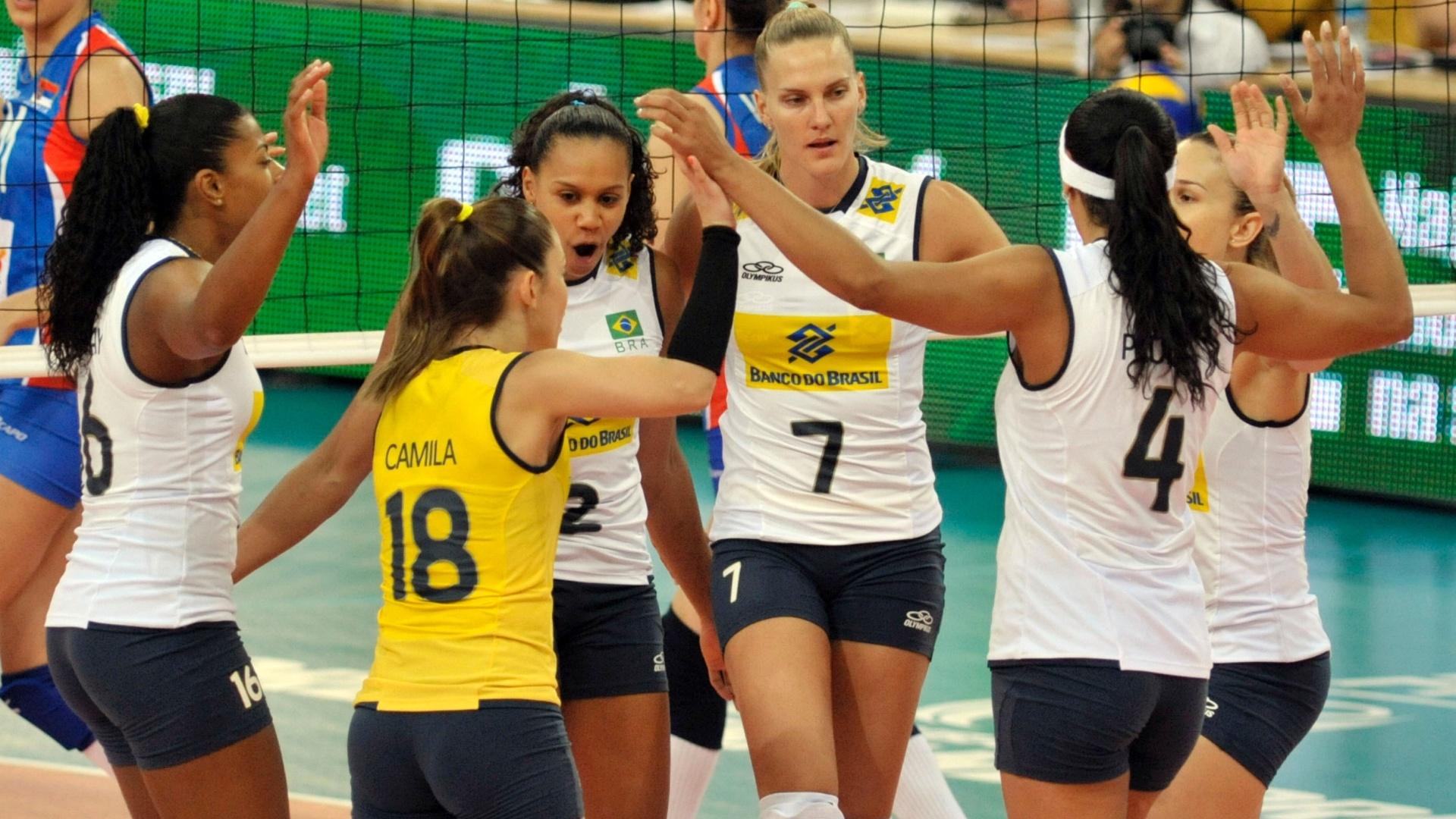 Jogadoras brasileiras comemoram ponto na partida contra a Sérvia pelo Grand Prix