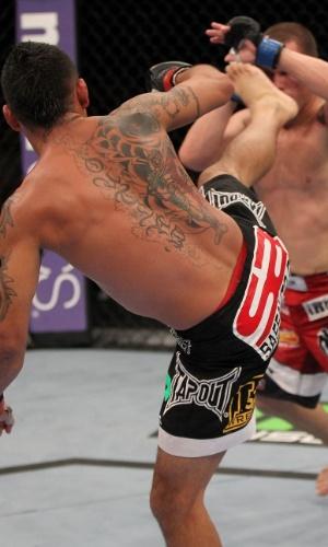 Leonard Garcia tenta chute em sua derrota no UFC desta sexta, na Flórida