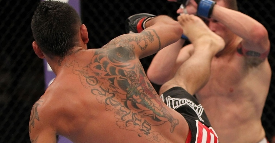 Leonard Garcia tenta chute em sua derrota no UFC desta sexta, na Flrida