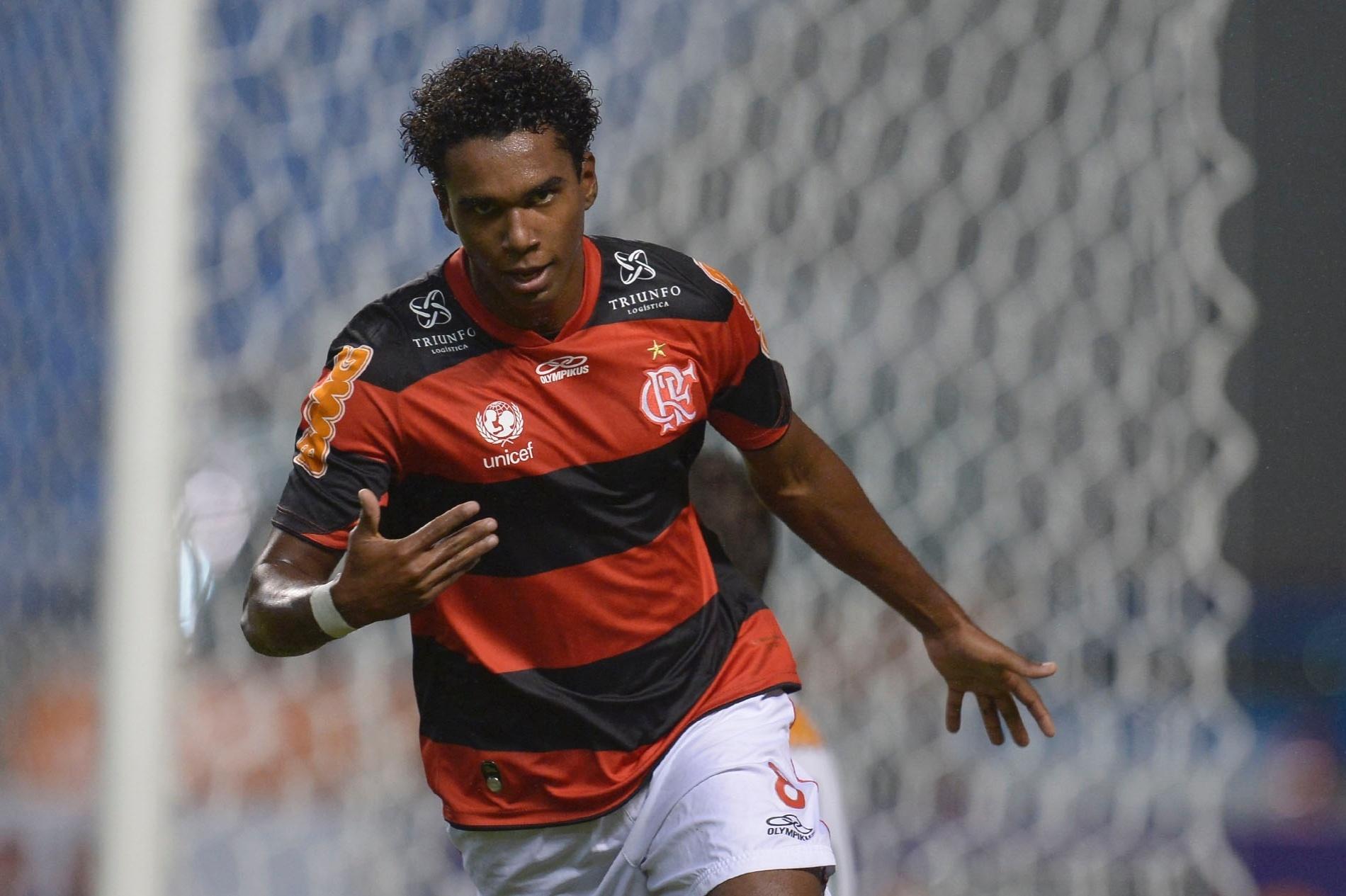 Luiz Antônio, do Flamengo, celebra após marcar diante do Coritiba pelo Campeonato Brasileiro