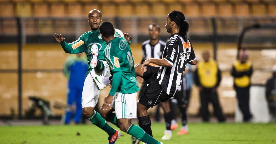 Marcos Assunção (e.), do Palmeiras, disputa bola com o atleticano Ronaldinho Gaúcho em partida no Pacaembu