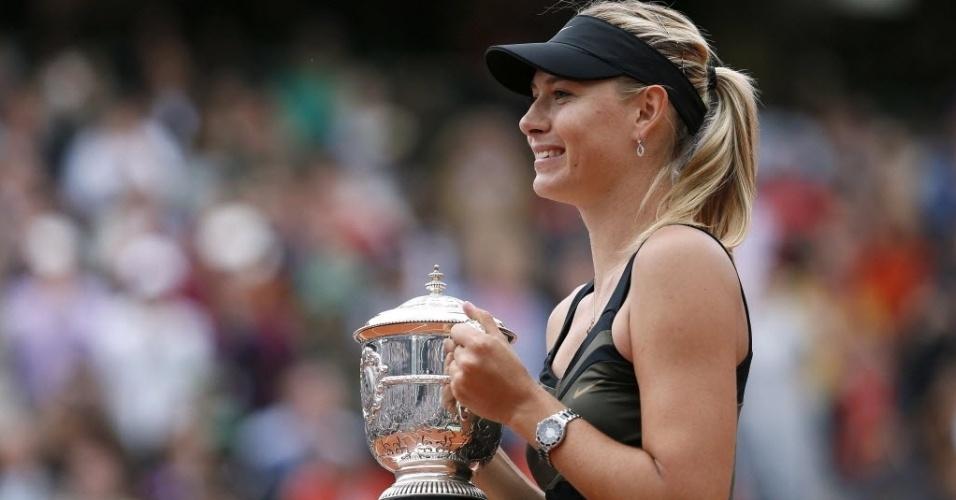 Maria Sharapova posa para foto como o troféu de Roland Garros